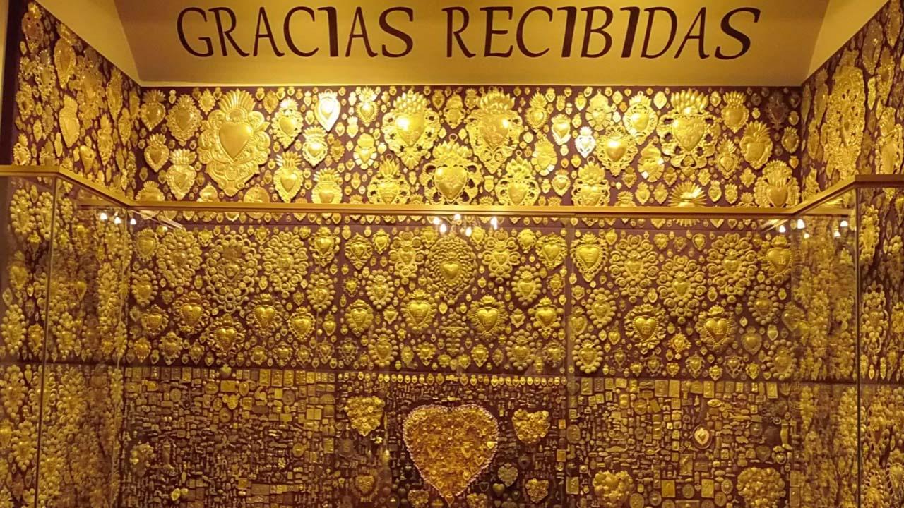 Pared de las Gracias Recibidas en el museo del señor de los milagros
