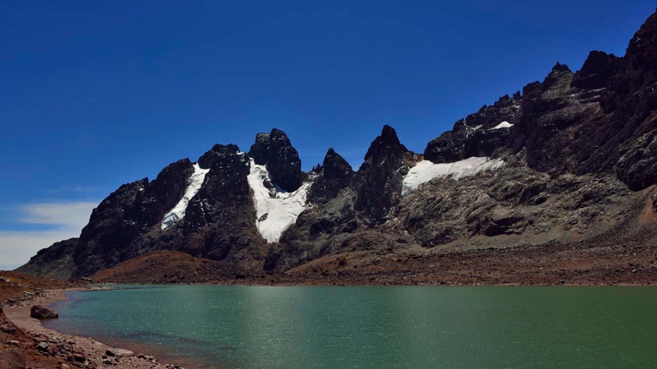 Laguna en las faldas del nevado Huaynaccapac en Carabaya Puno