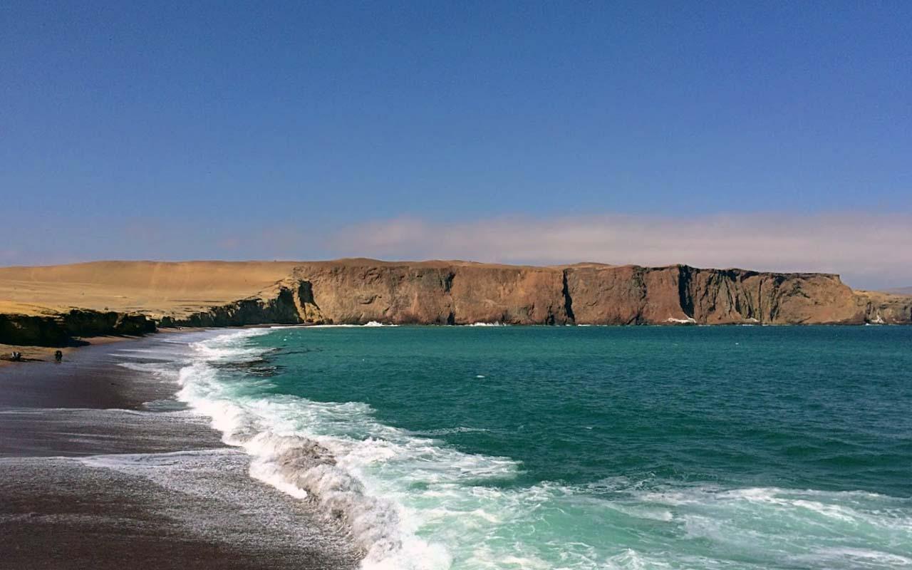 Playa Roja en la Reserva Nacional De Paracas Ica