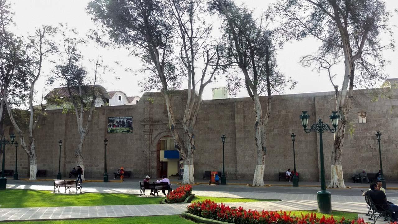 Muro de la antigua iglesia motriz en la plaza de armas de moquegua