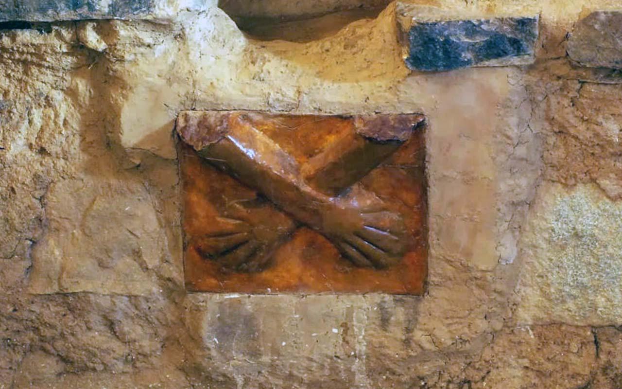 Escultura de la Manos Cruzadas en Huánuco